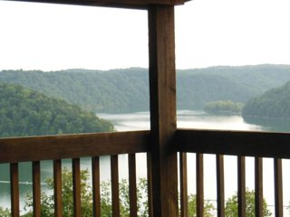 Cliffhanger has 180o View of Dale Hollow Lake