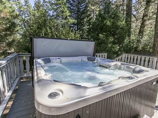 CLOSE to LAKE & VILLAGE & Marina Park.   Sleeps 11  NEW HOT TUB!