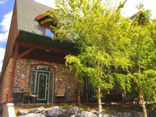 Ski Vacations! Heated outdoor pool and hot tub. 2 bedroom/2 bath modern condo.