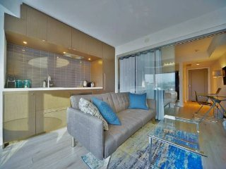 YORKVILLE LUXURY CONDO SUITE DOWNTOWN SLEEPS 3 WITH 2 TV'S AND 2 BEDS