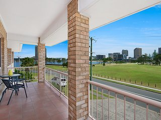 Tumut Unit 2 - Great unit in a central location to beaches, clubs and shopping