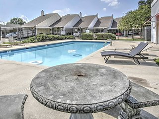 Baton Rouge Townhome w/ Pool Access - Mins to LSU