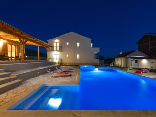 NEW VILLA with pool and jacuzzi