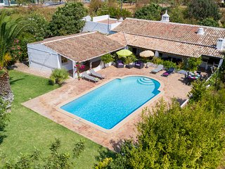 ALICE Traditional villa, private pool, garden, AC, free WiFi, 1km to town (Guia)