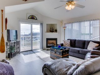 Bright home w/ balcony & partial ocean view - 2 blocks to the water & Nye Beach!
