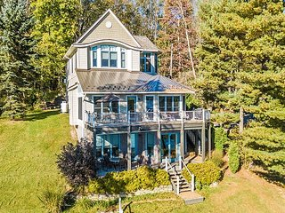 Extrordinary & Luxurious 4 Bedroom Lakefront Home with Awe-Inspiring Views!