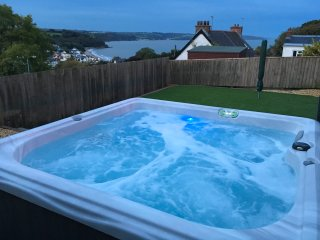 Harbour View: Luxury House in Saundersfoot - Hot Tub, Sea Views & Near Beach