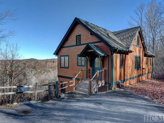 TOP OF THE ROCK- PET-FRIENDLY with stunning VIEWS & authentic mountain CHARM!