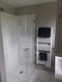 La salle d'eau du rez de chaussé avec douche à l'italienne