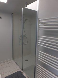 La salle d'eau de l'étage, douche à l'italienne et lavabo
