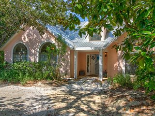 Renovated, family-friendly home w/large deck - walk to beach, dining, & more!