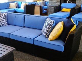 Comfortabele zithoek met grote tv en open haard in een gemeenschappelijke ruimte
