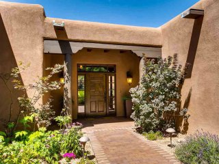 Villa Hermosa - Exquisite Santa Fe Luxury, Walk to The Plaza and Canyon Road