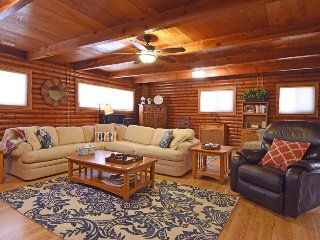 Steelhead Lodge Log Cabin, 3 Blocks from beach
