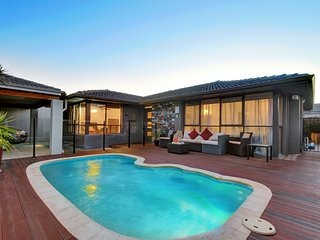 Private Urban Oasis -Just 7km from Perth CBD Family Friendly Mid-Century Modern
