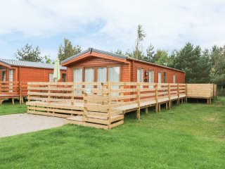 HAZEL OAKS, open plan living area, hot tub on decking, pub on-site, Ref 967955