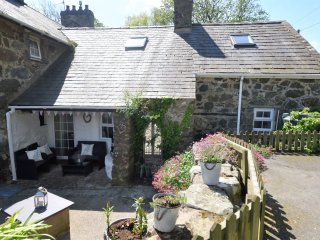 GWNHINGHAR COTTAGE, exposed beams, bread oven, sublime countryside views, Ref
