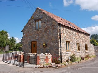 THE OLD CIDER BARN, smart cottage for 4, at the foot of the Mendips, Ref 967226