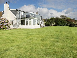 TAN Y FOEL, woodburner, breakfast bar, conservatory, scenic views, in Abersoch,