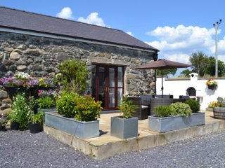 THE BARN, exposed beams, WiFi, romantic retreat, near Pwllheli, Ref 966907