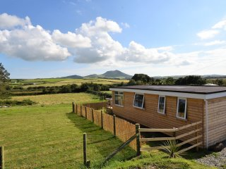 Y CABAN CLYD, WiFi, hot tub, countryside views, Ref 966983