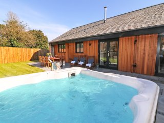 PIG HOUSE boutique retreat, hot tub, secure garden, wood burner, three lavish ba