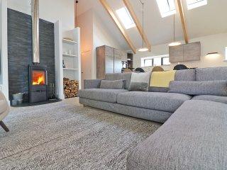 PIG HOUSE boutique retreat, hot tub, secure garden, wood burner, three lavish