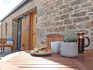 THE STABLE boutique retreat, pets welcome, wood burner, two lavish en-suite bath