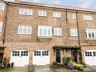 KUSTARD KOTTAGE, over three floors, cosy retreat, pet friendly, in Easingwold, R