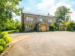 OAK BANK FARM, wood burner, six bedrooms, garden with pond, hot tub, in Ribchest