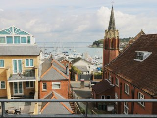 SEASIDE HOUSE, balcony, harbour views, games room, in Cowes, Ref. 965997