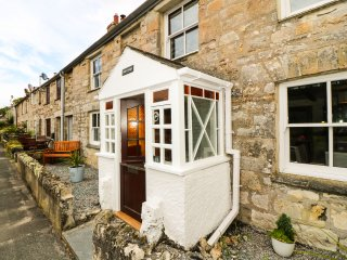 Hale Cottage, character features, 5 mins walk to sandy beach, wood burner, off
