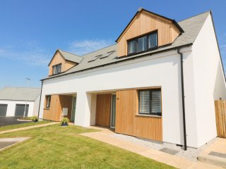 OCEAN HEIGHTS, modern coastal home, sea views, short walk to beach in Porthtowan