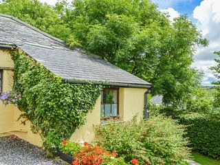 BARLEY COTTAGE, breakfast bar, conservatory, pet friendly, in Hartland, Ref