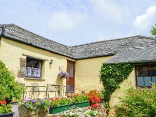 WINDBURY COTTAGE, sun terrace, delightful location, pet friendly, in Hartland