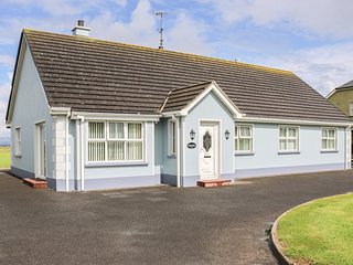 SEAVIEW, views of Donegal Bay, en-suite bedroom, centre of Bundoran, Ref 964734