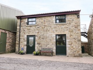 STABLE COTTAGE, upside down house, open plan sitting area, king-size bedroom, in