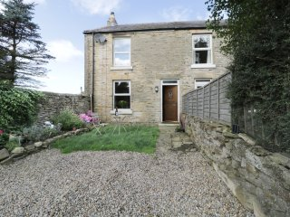 VICTORIA COTTAGE, WIFI, very dog friendly, woodburning stove, Ref 964581