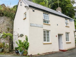 FIREMARK COTTAGE, wood burner, open plan dining, pet friendly, in Laugharne