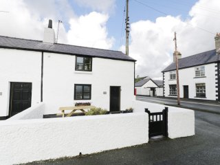 Menai Cottage, underfloor heating, Smart TV, views of Snowdonia, Ref 964494