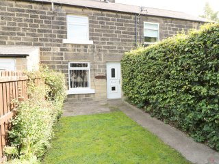 2 THE MEADOWS, wood burner, garden, charming location, in Matlock, Ref. 964538