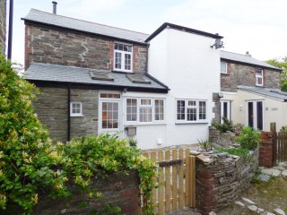 MOORINGS, open plan living, wood burning stove, enclosed patio, in Tintagel