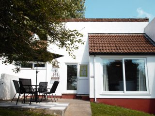 MANORCOMBE 13 bungalow in Tamar Valley Resort, extensive onsite facilities, Whit