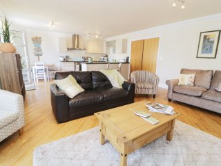 8 TYWOD ARIAN, open fire, three bedrooms, garden with furniture, in Pwllheli