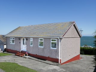 BAY LODGE, WIFI, balcony with views, next door to pub, Ref 964135