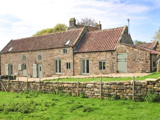 THE LONG BARN, en-suite facilities, two woodburners, near Goathland, Ref 964010