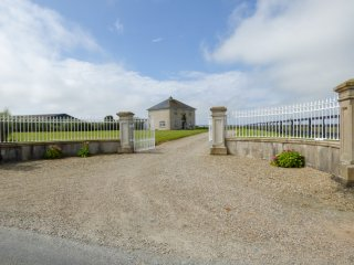 BALLYREGAN, en-suite bathroom, panoramic views, rustic interior, near Rosslare,