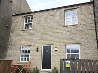 THE BARN, open plan layout, electric stove, pet friendly, near Reeth, Ref