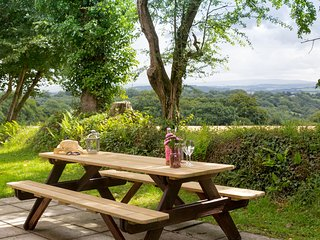 DARTMOOR VIEW, detached lodge with countryside views, on-site heated pools, tenn