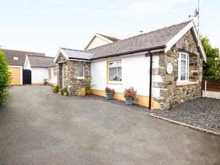 ROCK COTTAGE, three bedrooms, woodburning stove, garden with patio, in Lettersto